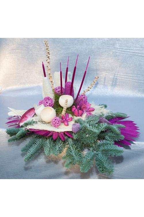 Cvetlični aranžma (umetne rože in drugo rastlinje, barve: bela, vijolična)